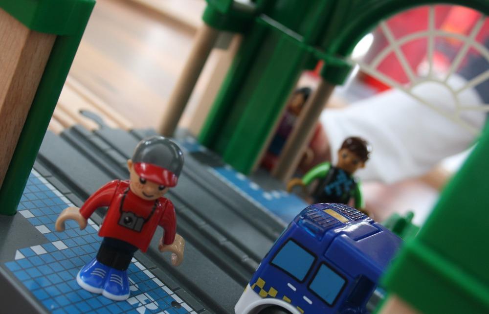 Spielspaß Im Herbst Von Brio Der Bahnhof Mit Ticketschalter