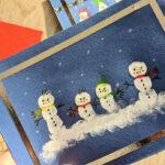 Kreativ mit Kindern – Weihnachtliche Schneemänner aus Fingerabdrücken