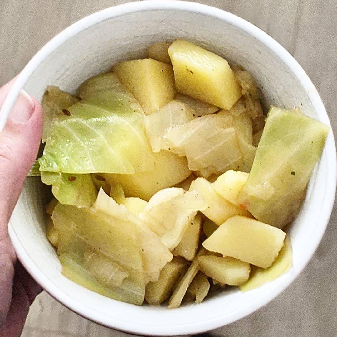 Suppentage. Jetzt im Herbst stehen sie wieder öfter auf dem Plan. Sehr beliebt ist hier Kartoffelsuppe und Hühnersuppe. Nicht zu verachten ist aber auch Kohlsuppe. Ich staune, dass die Kinder Weißkohl so gerne essen, denn sein Geschmack ist ja doch eher speziell. Welche Suppen gehen bei euch immer?  #essen #mittagsaufmtisch #mittagessen #suppe #suppentage #kohlsuppe #kohlsuppendiät #lecker #instafood #yummy #yummyfood #gemüse