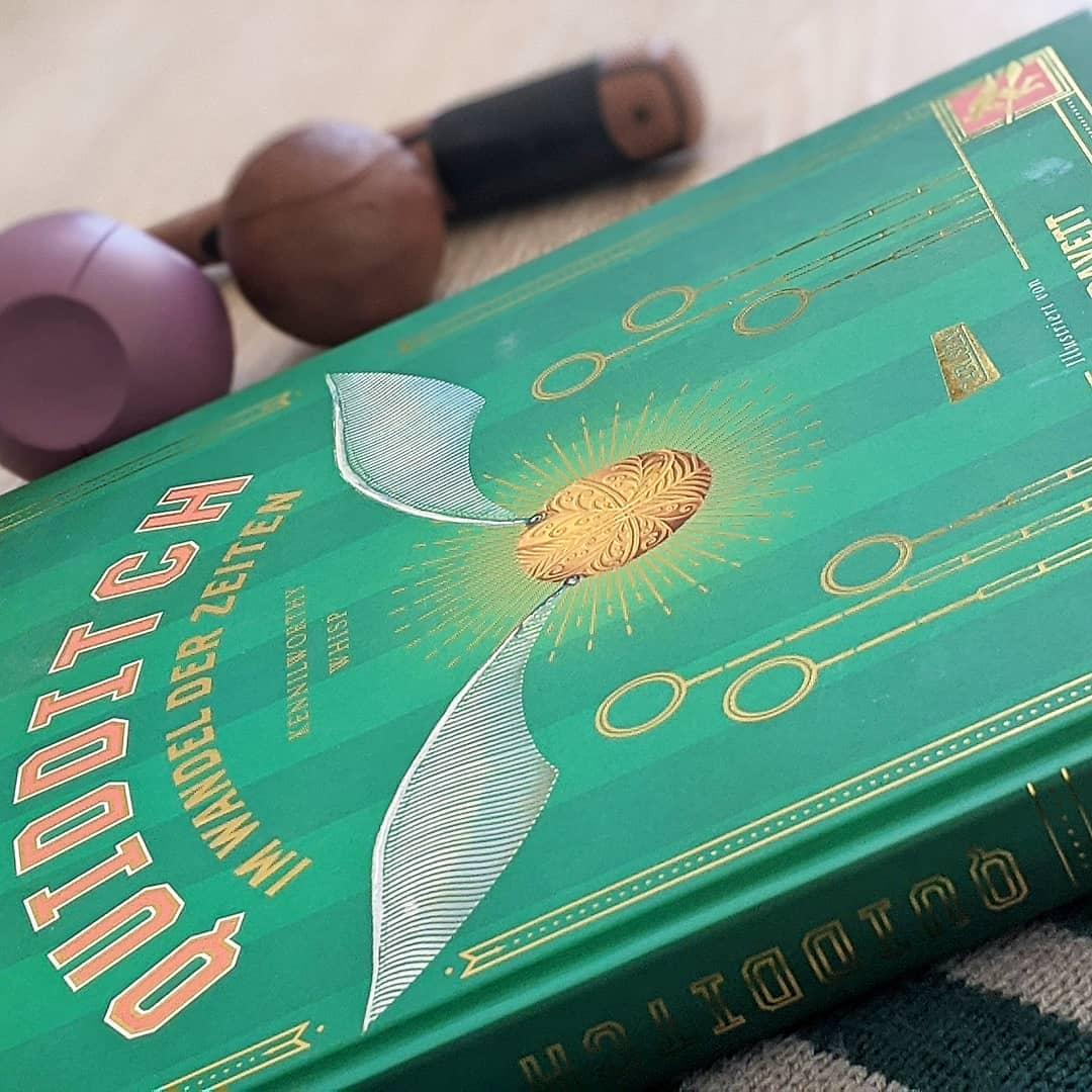 """Rezension  Heute habe ich mal wieder einen kleinen #Fangirl-Moment, den ich mit euch teilen möchte!! In meinem #Bücherregal gibt es nämlich magischen Zuwachs in Form der wunderschönen neuen #Schmuckausgabe aus dem Harry Potter Universum vom @carlsenverlag in Form von """"Quidditch im Wandel der Zeiten"""" mit den genialen und tollen #Illustrationen der britischen Künstlerin Emily Gravett.  Mit viel Wissen rund um den beliebten Sport in der Welt der Zauberer.  #rezension #empfehlung #buch #buchblogger #buchempfehlung #bücher #potterheads #Potterhead #pottergram #quidditch #quidditchthroughtheages #quidditchimwandelderzeiten #carlsen #carlsenverlag #harrypotterbooks #schmuckausgabe #emilygravett #emilygravettbook #slytherinpride"""
