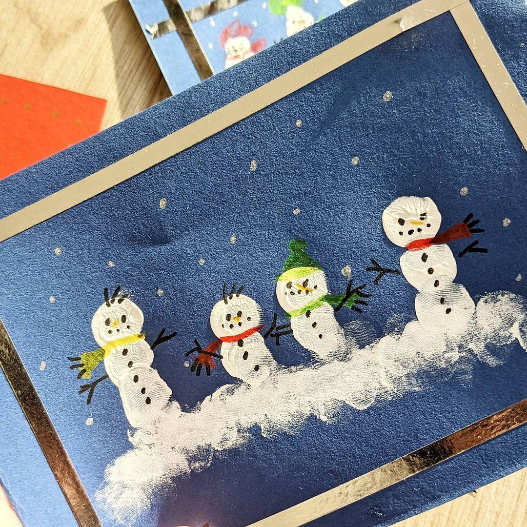 Werbung in eigener Sache - #Kunstunterricht im Heldenhaushalt. Wenn #homeschooling  für alle in der Familie kompatibel sein kann... Wir haben es ausgenutzt, dass der Sohn ein Thema frei wählen dürfte und haben Weihnachtskarten gebastelt.  Wie und was zeige ich euch heute in einem kleinen #Diy auf dem #Blog .  #kreativ #basteln #bastelnmitkindern #selbstgemacht #karten #post #easypeasy #weihnachtszeit #weihnachten #advent #weihnachtsgrüße #snowman #schneemann