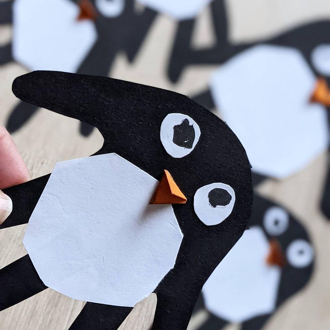 Werbung in eigener Sache - gestern wurde es am #Creadienstag mal wieder tatsächlich kreativ im Heldenhaushalt, denn wir haben wieder gebastelt. Passend zu dem winterlichen Winter draußen zeigen wir euch heute, wie man Pinguine aus Handabdrücken basteln kann. Geht auch ganz schnell, versprochen.  #kreativ #bastelnmitkindern #baatein #winter #fensterdwko #selbstgemacht #creativity #creadienstag #diy #easypeasy #handabdrücke #pinguin