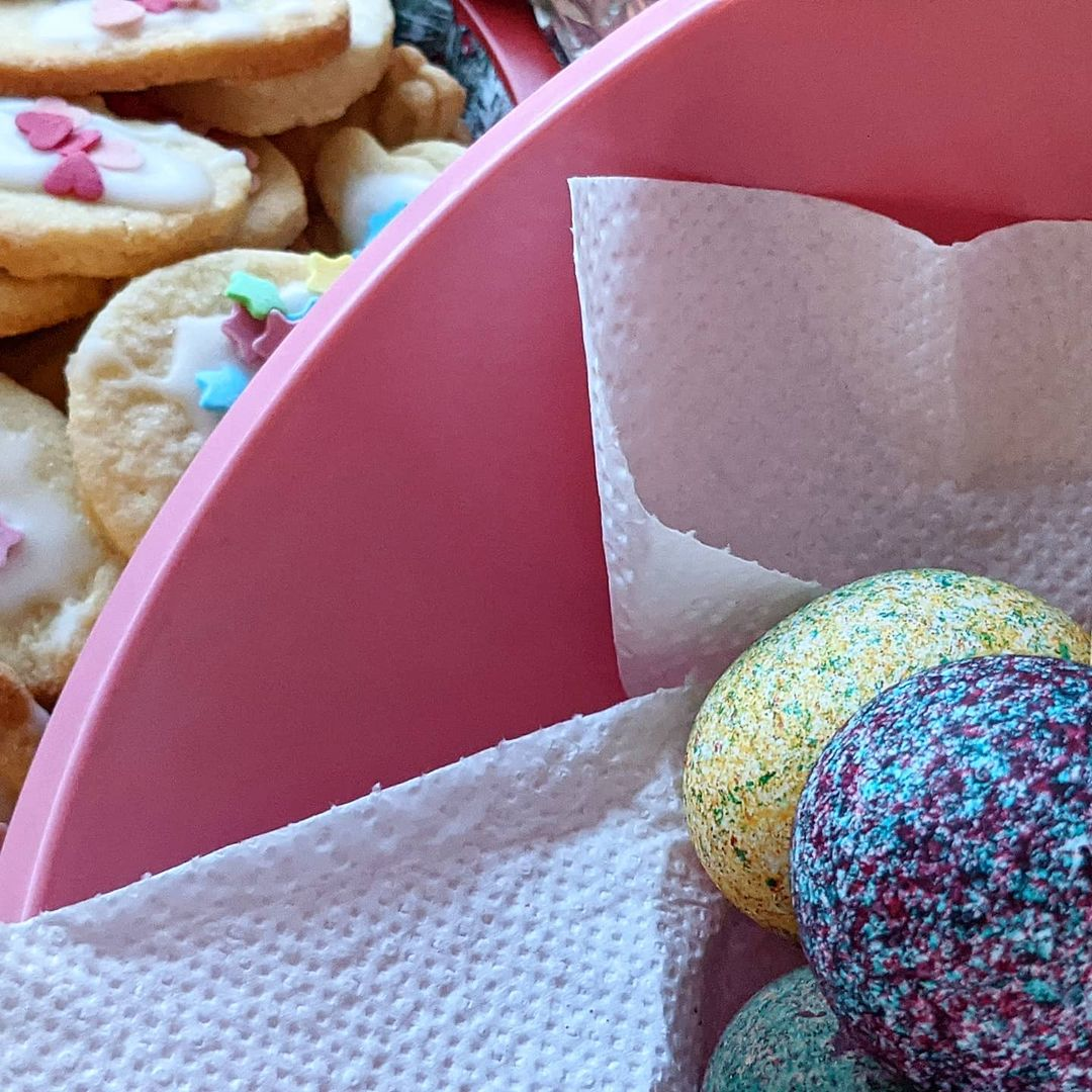 Frohe Ostern, ihr Lieben. Wir waren fleißig! Eier gefärbt, Kekse gebacken, Karten und Körbchen gebastelt. So im Rückblick haben wir ja doch ein bisschen was geschafft und die Kinder sind sehr stolz auf ihre Ergebnisse.  Ich muss gestehen, meine Lust und Vorfreude auf Ostern hielt sich dieses Jahr sehr in Grenzen. Ging es euch auch so? Die Kinder wiederum haben sich sehr darauf gefreut und besonders der kleine Sohn hat die Tage bis heute rückwärts runter gezählt. Kindliche Vorfreude ist wirklich so schön und durchaus ansteckend 🥰  Habt also einen tollen Tag heute und frohe Ostern!  #ostern #froheostern #happyeaster #spring #eiersuche #eierfärben #badteln #fleißig #kekse #ostetkekse #Feiertag #osternmitkindern #osternmitcorona #vorfreude #kinderlachen