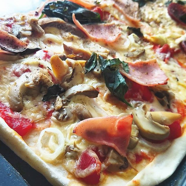 Werbung in eigener Sache - Bei uns gibt es heute Pizza.  Das gehört zu meinen absoluten Favoriten beim Essen. Vor allem selbstgemacht. Was mich sonst noch an Leckereien glücklich machen kann erzähle ich euch heute bei meiner Suche nach Glück.  #wasmichglücklichmacht #blog #mamablog #instafood #mittagsaufdentisch