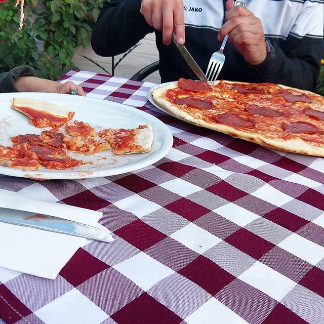 Werbung wg Markenerkennung - Unser #Wib war übrigens recht spannend. Nicht nur, weil der Miniheld einen #Leistungsvergleich beim 1. FC Union hatte, sondern auch weil wir doch noch etwas Zeit fanden, um unseren 10. #Hochzeitstag nachholen. Dazu gibt es in unsere #Lieblingspizzaria, wo Wagenrad große #Pizza genossen. Was wir sonst so gemacht haben kann man heute in dem #wochenendeinbildern sehen.