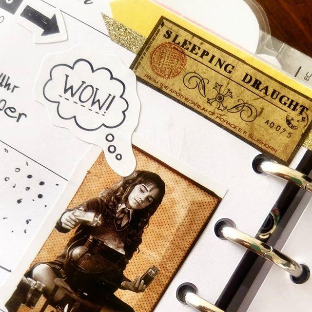 Werbung wg Markenerkennung - Oha...Zwei Wochen hänge ich mit meinem #Planer schon wieder hinterher. Also habe ich mir heute mal etwas #Zeit genommen und nachgearbeitet. Letzte Woche wurde natürlich schön #gruselig und diese Woche dachte ich probiere ich mal mein neues #Stickerbuch von #Harrypotter aus. Schade, dass in diesen #Büchern die weißen Kleberänder immer so dick sind.