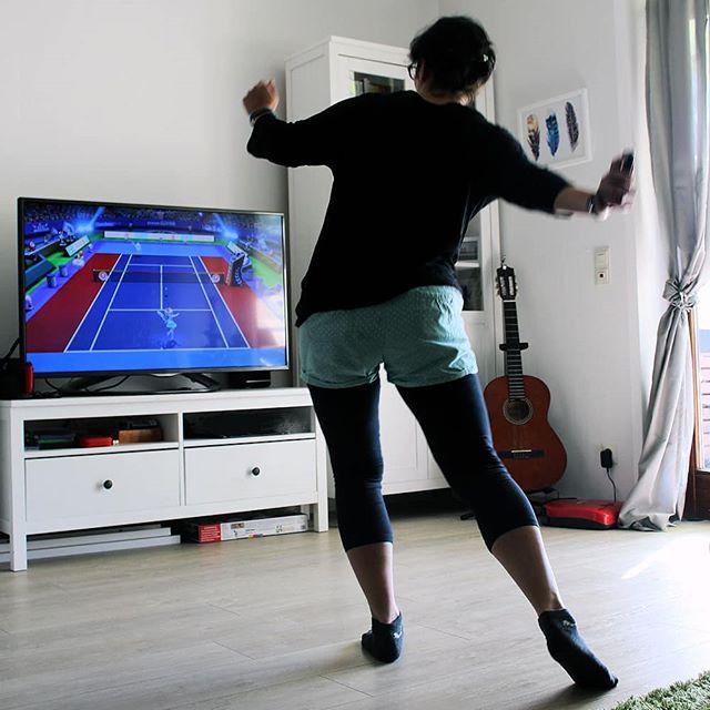 Werbung  Habe ich euch eigentlich schon erzählt, dass das aktuelle Lieblingsspiel vom Minihelden tatsächlich Tennis ist? Genauer gesagt #MarioTennisAces. Das hat hier im Beliebtheitswettbewerb fast schon #SuperMarioKart8 abgelöst. Das hätte ich nun niemals erwartet. Und ihr?  Nun musste ich glatt mal selber ausprobieren, warum er dieses Spiel von @nintendode für die @nintendoswitchde so toll findet und wisst ihr was? Ich kann es verstehen.  Besonders lustig finde ich ja die Möglichkeit im Realmodus den Joy-Con wie einen richtigen Schläger zu nutzen. Sorgte beim Mann allerdings für einige Lacher und bei mir am nächsten Tag für etwas Muskelkater im Arm. Man bin ich untrainiert *drop*. Das soll uns aber nicht stören, denn gelacht haben wir alle <3 Selten so viel Spaß gehabt.