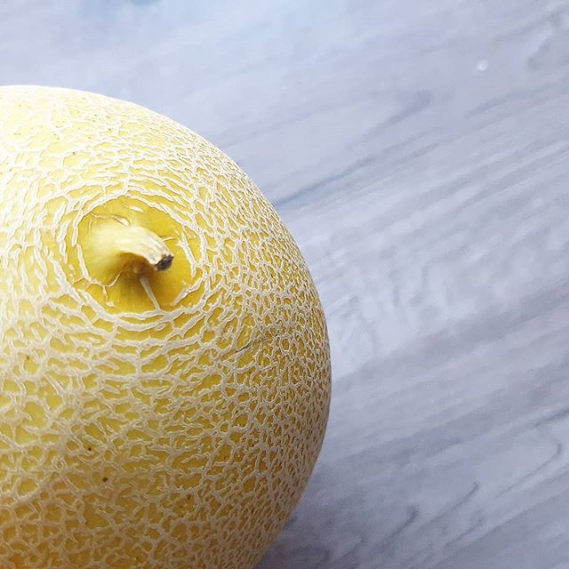 Ich liebe #Melone zum #Frühstück und und ich finde es herrlich, dass die Auswahl für #Obstsalat zum Frühstück nun langsam aber sicher in den Läden wieder etwas umfangreicher wird. Die Melone auf dem Bild gehört diese Woche zu meinen #Wochenlieblingen neben vielen anderen tollen Sachen. Was gehört für euch zu einem guten Frühstück dazu?