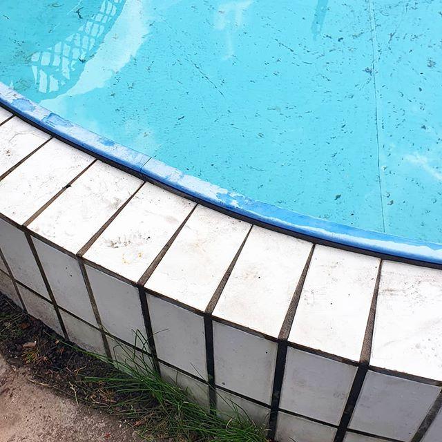 Noch ist alles dreckig, aber es wird langsam Zeit, den Pool fit zu machen. Bis heute abend glänzt er sicher wieder und dann hoffe ich, dass das Wetter endlich so schön wird, dass man ihn auch ordentlich nutzen kann!  #pool #garten #fastschonsommer #frühling #letsswimming