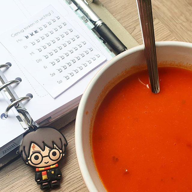 Werbung wg Markenerkennung - Suppe für die Seele. Dabei schauen, was die Woche so für uns bereit hält.  Wie startet ihr in die neue Woche?  #montag #alltag #familie #kinder #lebenmitkindern #jungsmama #momoftwo #mamaglück #tomatensuppe #suppe #mittagsaufdentisch #mittagsaufmtisch #mittagessen #filofax #planen #organisieren #Harrypotter