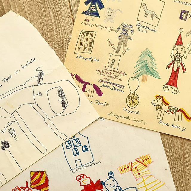 Werbung in eigener Sache - Werden bei euch auch noch Wunschzettel und Briefe an den Weihnachtsmann geschrieben? Die Jungs haben letztes Wochenende schon einmal ihre Wunschzettel gebastelt. Diese Woche wollen sie dann gerne noch einen Brief an den Weihnachtsmann schreiben. Hierfür habe ich mal wieder ein bisschen etwas gezeichnet, das ihr euch gerne ausdrucken und ebenfalls verwenden könnt, wenn ihr wollt.  Auf dem Bild seht ihr übrigens einige der Wunschzettel, die ich als Kind immer für den Weihnachtsmann gemalt habe.  #blog #bloggerleben #familienblog #family #ohana #ohanameansfamily #lebenmitkindern #jungsmama #momoftwo #mamaglück #alltag #weihnachten #weihnachtsmann #wunschzettel #briefandenweihnachtsmann #himmelpfort #weihnachtszeit #freebie #printable #download