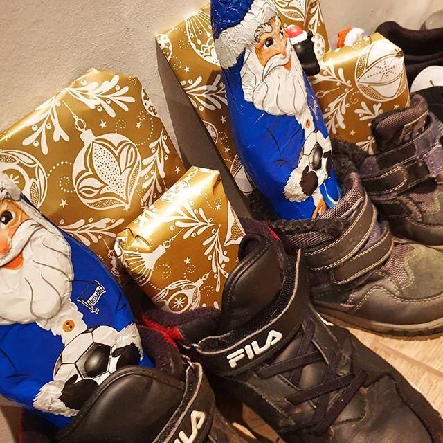 Werbung wg Markenerkennung - Na? Habe euch gestern der Nikolaus? War bei uns war ja wieder fleißig und hat den Kindern etwas in ihre frisch geputzten Schuhe gesteckt. Ein paar Karten und eine Figur fanden sie in ihren Schuhen und natürlich etwas zum Naschen. Und wie war es bei euch?  #advent #adventszeit #kinderaugen #lebenmitkindern #jungsmama #momoftwo #mamaglück #alltag #familie #kinder #nikolaus #weihnachtszeit #geputzteschuhe