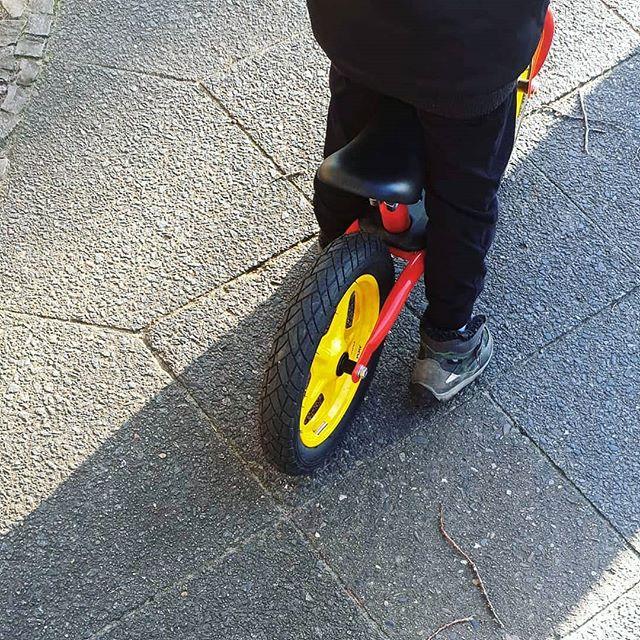 Werbung wg Markenerkennung - Ratet mal, weg sich heute habt besonders über das schöne Wetter gefreut hast.  Endlich wieder mit Laufrad zur Kita und zurück. Das gibt Ben ordentlichen Energieschub und macht richtig Laune. Außerdem ist der morgendliche Weg so viel spaßiger.  #alltag #familie #kinder #lebenmitkindern #jungsmama #momoftwo #mamaglück #laufrad #bike #alltagmitkind #alltagorganisieren #endlichsonne #wetter #fastwiefrühling