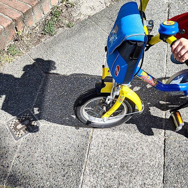 Werbung wg Markenerkennung - Darf ich bitte ein bisschen stolz sein? Der kleine Sohn hat innerhalb von drei Tagen das Fahrradfahren gelernt. Genau wie sein großer Bruder damals ist er 4 Jahre alt. Man sind wir stolz und er auch. Er wollte gestern gar nicht mehr runter von seinem Fahrrad und freut sich schon darauf, wenn wir in den nächsten Tagen mal gemeinsam eine Runde drehen. Nicht er im Sitz, sondern jeder auf seinem eigenen Fahrrad.  #happygirl #stolzemama #stolzeskind #fahrad #fahrradfahren #fahrradfahrenlernen #radfahren #radfahrenmachtglücklich #jungsmama #momoftwo #lebenmitkindern #stolz